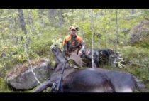 Охотник с добытым лосем