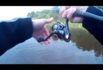 Рыбак вываживает щуку