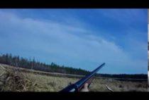 Якутски охотник стреляет по уткам