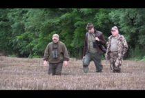 Охотники идут по полю