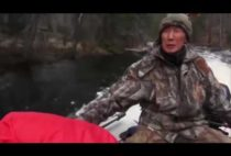 Охотник в катере