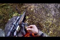 Охотник перезаряжает карабин