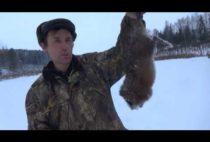 Охотник с добытым бобром